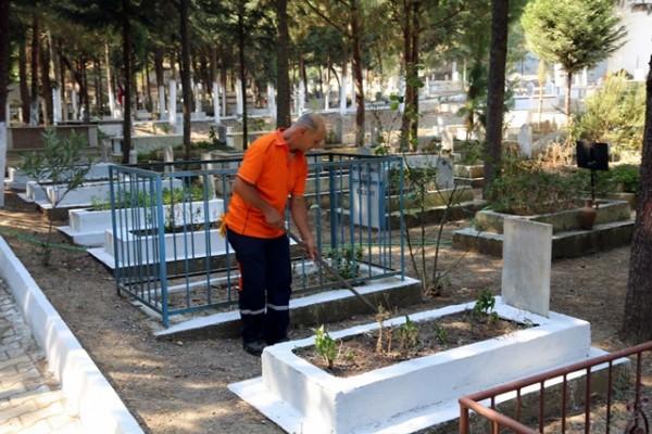 Selçuk Belediyesinden Mezarlık Temizliği